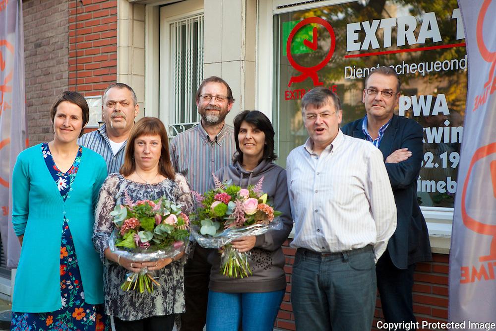 367031-kuisvrouwen van de werkwinkel worden in de bloemen gezet-Sandra Compagnie en Sabine Meseure-Markt  5 Berlaar