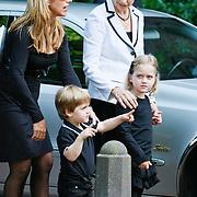 NLD/Laren/20110711 - Uitvaart Jaap Blokker, Els Blokker met dochter en kleinkinderen