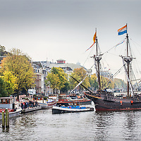 Nederland, Amsterdam, 17 oktober 2016.<br /> Halve Maen On Tour langs zes VOC-steden<br /> Nederlands enige zeilende 17e-eeuwse replica, de Halve Maen, gaat on tour. In de herfstvakantie vaart de Halve Maen van Hoorn naar de VOC-steden Enkhuizen, Amsterdam, Middelburg, Delft (Delfshaven) en Rotterdam. Het schip blijft in iedere stad enkele dagen liggen en is voor het publiek gratis te bezichtigen. Daarnaast is er in iedere haven een door de lokale geschiedenis geïnspireerd programma. De tour start vrijdag 14 oktober in Hoorn en eindigt zondag 30 oktober in Rotterdam.<br /> Op de foto: De Halve Maen vaart via de Nieuwe Heregracht naar de Hermitage en meert daar aan waar het 2 dagen zal blijven liggen voordat het schip weer zal vertrekken.<br /> <br /> Netherlands, Amsterdam, October 17, 2016.<br /> 17th century sailing ship Halve Maen on tour along six VOC cities. In the autumn the Halve Maen sails from Hoorn to the VOC cities Enkhuizen, Amsterdam, Middelburg, Delft (Delfshaven) and Rotterdam. <br /> In the photo: The Half Moon sails through Nieuwe Herengracht  to the Hermitage in Amsterdam. <br /> <br /> Foto: Jean-Pierre Jans