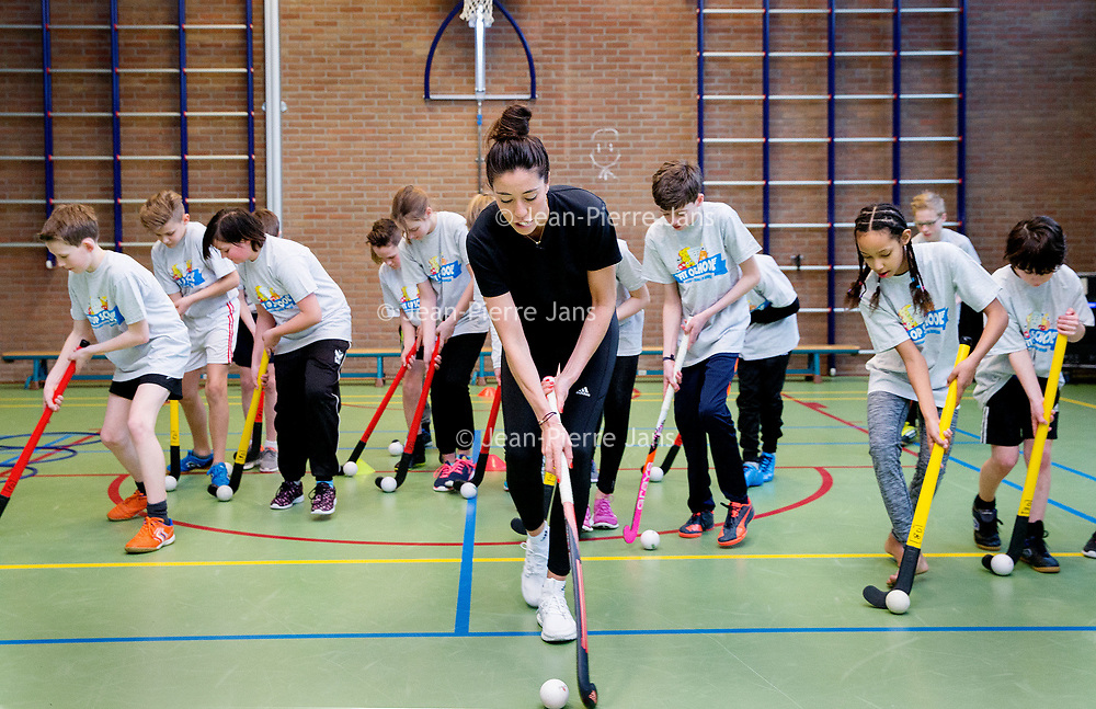 """Nederland, Doetinchem, 8 maart 2017.<br /> Naomi van As gaf vandaag een sportclinic aan basisschool de Ijzevoorde.<br /> De clinic sluit aan bij het lespakket """"Fit op school-door gezonde voeding en bewegen"""" dat de Nederlandse Zuivel Organisatie (NZO) samen met KlasseTV ontwikkelde.<br /> <br /> Foto: Jean-Pierre Jans"""