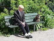 På en bänk vid Blockhusudden på Djurgården. Katten Michelin höll till vid ändhållplatsen och var mycket omtyckt.
