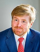 Breda, 25-11-2020, Thebe en revalidatiekliniek De MARQ<br /> <br /> Koning Willem Alexander tijdens een werkbezoek aan een verpleegafdeling voor coronapatienten in Breda en aan het Regionaal Overleg Niet Acute Zorg (RONAZ) in Tilburg.<br /> <br /> De Koning krijgt op de geïsoleerde corona-afdeling van zorgorganisatie Thebe en revalidatiekliniek De MARQ (voormalig Amphia ziekenhuis) uitleg over de beschermende maatregelen voor het verplegend personeel en voor de bezoekers van de patiënten.
