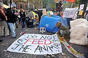 Nederland, Amsterdam 21-10-2011 Actievoerders bij de Beurs in Amsterdam. De occupy beweging bezet het beursplein. Zij protesteren tegen de macht van banken, de falende politiek.