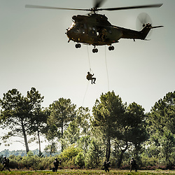 Démonstration du savoir faire de l'unité à l'occasion des Journées Portes Ouvertes du 13ème Régiment de Dragons Parachutiste au camp de Souge.<br /> Sauts en parachute de chuteurs opérationnels, sortie de cache et évacuation d'otages en hélicoptère avec l'appui du 4°RHFS.<br /> Septembre 2014 / Martignas sur Jalle (33) / FRANCE