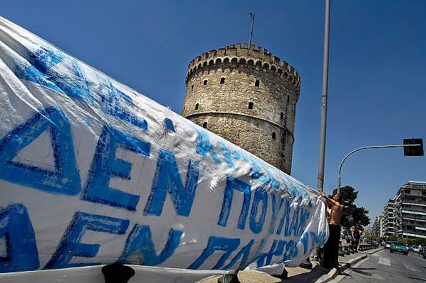 Griekenland, Thessaloniki, 11-6-2011Actievoerders hebben een tentenkamp ingericht aan de voet van de Witte Toren, het symbool van deze tweede stad van het land. Op het spandoek staat: We hebben niets, we verkopen niets en we betalen niets.Zij protesteren tegen de maatregelen van de regering om het begrotingstekort te verkleinen, en de eisen van het imf en de eu.Foto: Flip Franssen