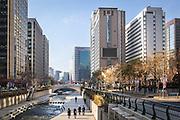 """Promenade en famille le long de la rivière Cheonggyecheon, aux pieds des gratte-ciels dans le centre ville de Seoul, Corée du Sud. Autrefois recouvert par une voie rapide, cet espace naturel a été restauré en 2005, avec la volonté de renouer les liens entre humains et nature. Il illustre le slogan de la municipalité « retrouver le son des grenouilles dans la ville. »  //  Family stroll along the Cheonggyecheon Stream at the foot of skyscrapers in downtown Seoul, South Korea. Formerly covered by an expressway, this natural stream was restored in 2005 in the desire to give back green space to the city and renew ties between humans and nature. It illustrates the desire of the municipality to, """"Rediscover the sound of frogs in the city."""""""