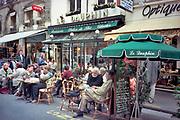 Frankrijk, La France, Parijs, Paris, mei 1997Stadsbeeld, straatbeeld, uit de tachtiger jaren. Cafe Le Dauphin met een vol terras in de wijk St. Germain .Foto: Flip Franssen