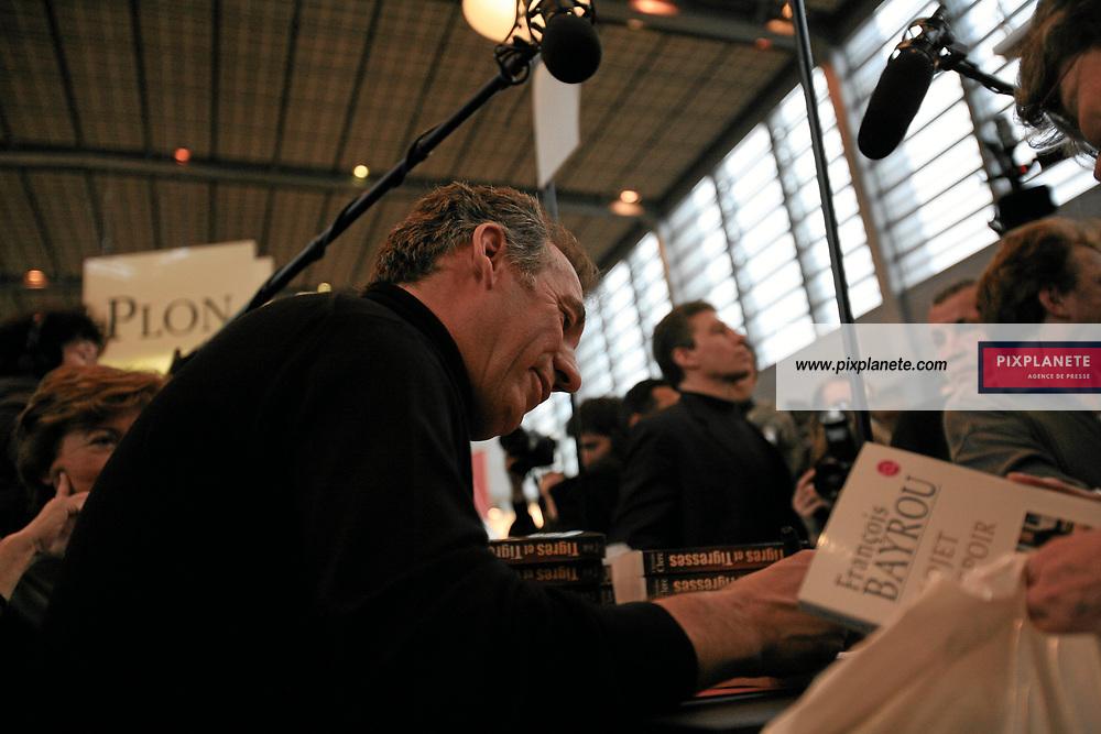 François Bayrou - Salon du livre - Paris, le 25/03/2007 - JSB / PixPlanete