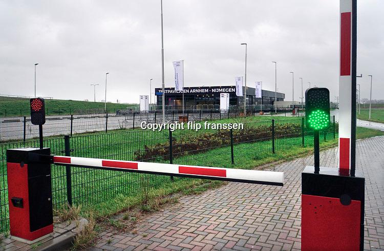 Nederland, Nijmegen, 3-12-2020 Langs de a325 in Lent wordt een mega testlocatie van de GGD gebouwd . Het xl-paviljoen is bijna klaar en kan een groot aantal coronatests per dag, rond de 4000, voor de bewoners in de regio arnhem nijmegen en betuwe uitvoeren . Foto: Flip Franssen