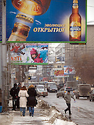 Nowosibirsk/Russische Foederation, RUS, 19.11.07: Strassenszene mit Werbung im Zentrum der sibirischen Hauptstadt Nowosibirsk. <br /> <br /> Novosibirsk/Russian Federation, RUS, 19.11.07: Street scene with commercials in the center of the Siberian capital city Novosibirsk.