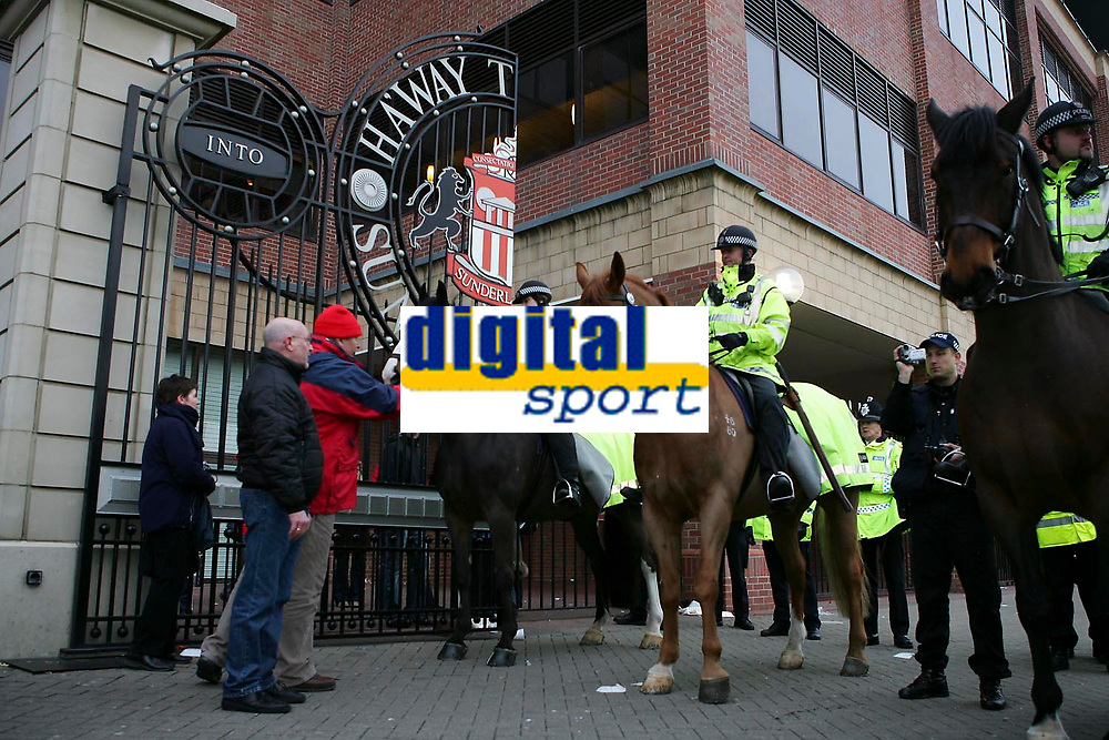 Photo: Andrew Unwin.<br />Sunderland v Wigan Athletic. The Barclays Premiership. 11/03/2006.<br />Sunderland fans are moved back by mounted police as they protest after the game.