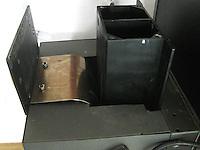 Den gullfarga fjøra til venstre i bildet er den som fungerer som motvekt når forstørreren går opp og ned. Her under første forsøk på montering. Fjøra er svært kraftig, så fingrer kappes lett av om man er uforsiktig. Foto: Svein Ove Ekornesvåg