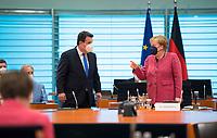 DEU, Deutschland, Germany, Berlin, 02.06.2021: Bundesarbeitsminister Hubertus Heil (SPD) und Bundeskanzlerin Dr. Angela Merkel (CDU) vor Beginn der 144. Kabinettsitzung im Bundeskanzleramt.