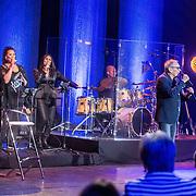 NLD/Amsterdam/20161120 - NPO Radio Ouvre Award 2016, optreden Rob de Nijs met achtergrondzangeressen, Jody Pijper en Ingrid Simons