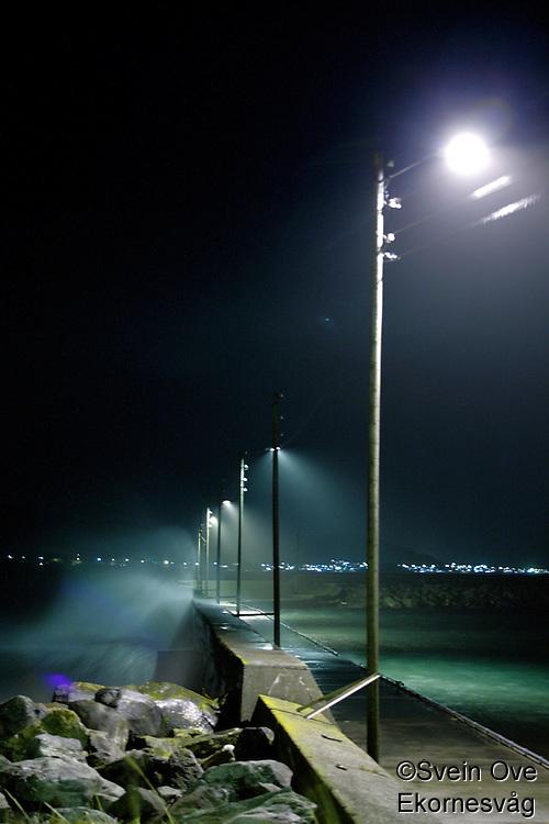 Bølger slår innover en molo ved Alnes i Giske kommune under uværet fredag kveld.<br /> Foto: Svein Ove Ekornesvåg