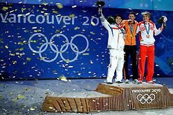 14-02-2010 ALGEMEEN: OLYMPISCHE SPELEN: CEREMONIE: VANCOUVER<br /> Sven Kramer tijdens de huldiging van de 5000 meter, links LEE Seung-Hoon KOR en rechts Ivan Skobrev RUS <br /> ©2010-WWW.FOTOHOOGENDOORN.NL