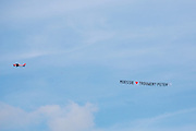 Boven Lelystad vliegt een vliegtuigje met het huwelijksaanzoek 'Moessie Trouwen? Peter'<br /> <br /> A plane flies above Lelystad with the marriage proposal 'Moessie Marry me? Peter'