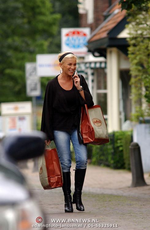 NLD/Laren/20050722 - Angela Kluivert -  van Hulten winkelend in Laren, bellend met een mobiele telefoon