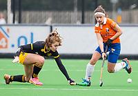 BLOEMENDAAL - hockey - Competitie Landelijk meisjes : Bloemendaal MB1-Den Bosch MB1 (1-1). Florine van Willigenburg (r) van Bl'daal. COPYRIGHT KOEN SUYK