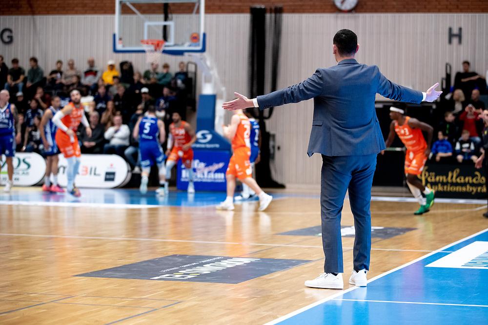 ÖSTERSUND 20211007<br /> Jämtlands coach Adnan Chuck gestikulerar under torsdagens match i basketligan mellan Jämtland Basket och Norrköping Dolphins.<br /> Foto: Per Danielsson / Projekt.P