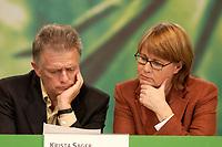 28 NOV 2003, DRESDEN/GERMANY:<br /> Fritz Kuhn (L), MdB, B90/Gruene, und Krista Sager(R), B90/Gruene Fraktionsvorsitzende, lesen gemeinsam, 22. Ordentliche Bundesdelegiertenkonferenz Buendnis 90 / Die Gruenen, Messe Dresden<br /> IMAGE: 20031128-01-017<br /> KEYWORDS: Bündnis 90 / Die Grünen, BDK, liest, Papier, Akte, Unterlagen<br /> Parteitag, party congress, Bundesparteitag