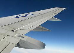 Vista parcial da asa de um avião sobre ass nuvens.<br /> Foto: Jefferson Bernardes / Preview.com