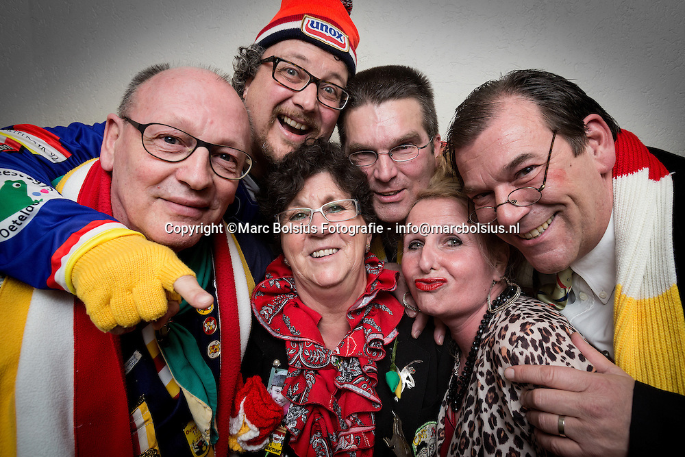 denbosch,links Karel Coolegem met bril,Hans Tervoort met unoxmuts,Ruud van Dongen met bril en bebop kapsel,Lucien Teurlings met oeteldonkse sjaal. Onder linksJolanda Valentijn met bril en Annie Coolegem met blond haar