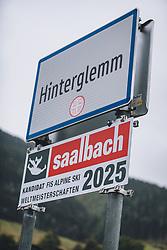 THEMENBILD - das Ortsschild und das Schild zur Bewerbung zur Alpinen Skiweltmeisterschaft 2025, aufgenommen am 29. September 2020 in Hinterglemm, Oesterreich // the town sign and the sign for the application for the Alpine Ski World Championship 2025, in Hinterglemm, Austria on 2020/09/29. EXPA Pictures © 2020, PhotoCredit: EXPA/Stefanie Oberhauser