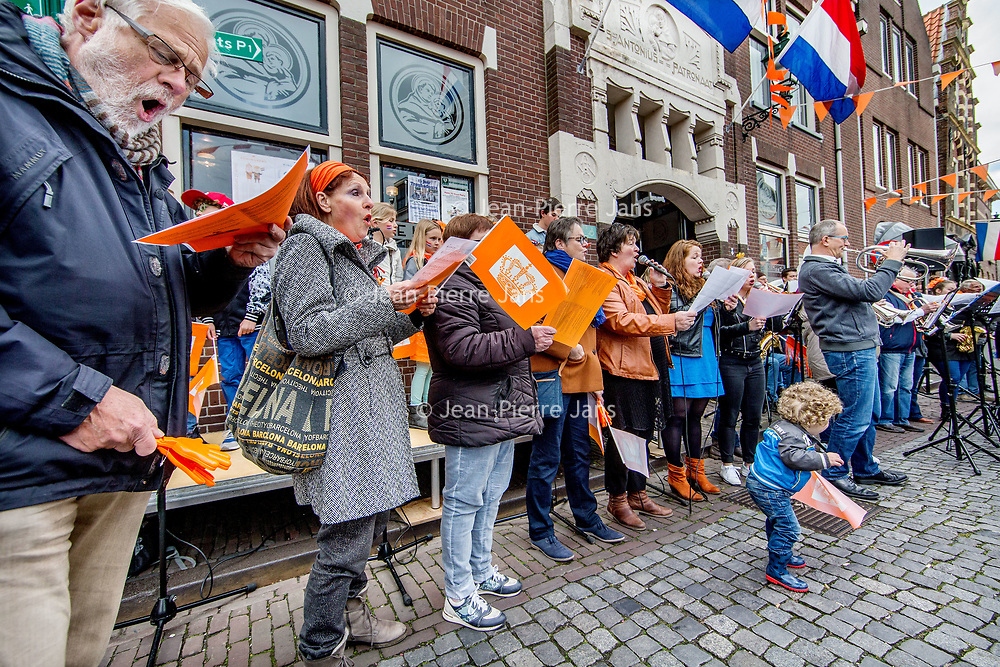 Nederland, Oudewater, 27 april 2017.<br />Koningsdag in Oudewater.<br />s'Ochtends tussen 09.30 – 10.00 uur: Aubade (op de Visbrug) bij het Stadhuis en wordt er gezongen<br />Daarna zijn er allerlei activiteiten in de binnenstad zoals de kinder vrijmarkt, ponyrijden, schminken etc.<br /><br /><br />Foto: Jean-Pierre Jans