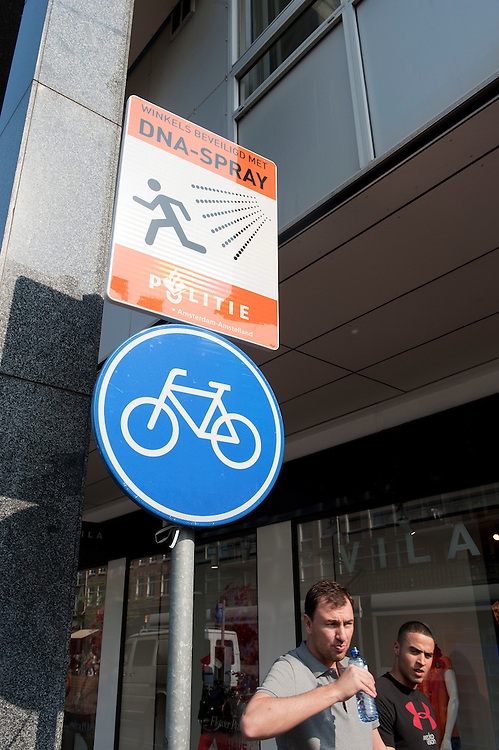 Nederland, Amsterdam, 21 april 2011.Waarschuwing dat gewerkt wordt met DNA spray in geval van criminaliteit zoals overvallen. Kinkerstraat..Foto (c) Michiel Wijnbergh, Driebergen