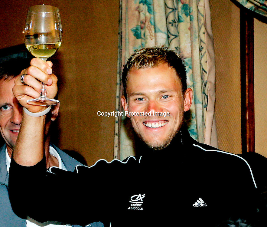 Venizy, 20070711: Thor Hushovd vant 4. etappe i årets Tour de France. Seiersskål i hvitvin.....Foto: Daniel Sannum Lauten/Dagbladet *** Local Caption *** Hushovd,Thor ..