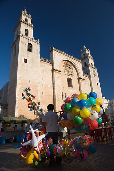 Cathedral of San Idelfonso w/Balloon vendor