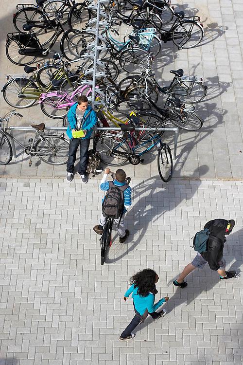 Nederland Rotterdam 23-09-2009 20090923 Serie over onderwijs,  openbare scholengemeenschap. Leerlingen maken een praatje op het schoolplein, pauze.                                .Foto: David Rozing