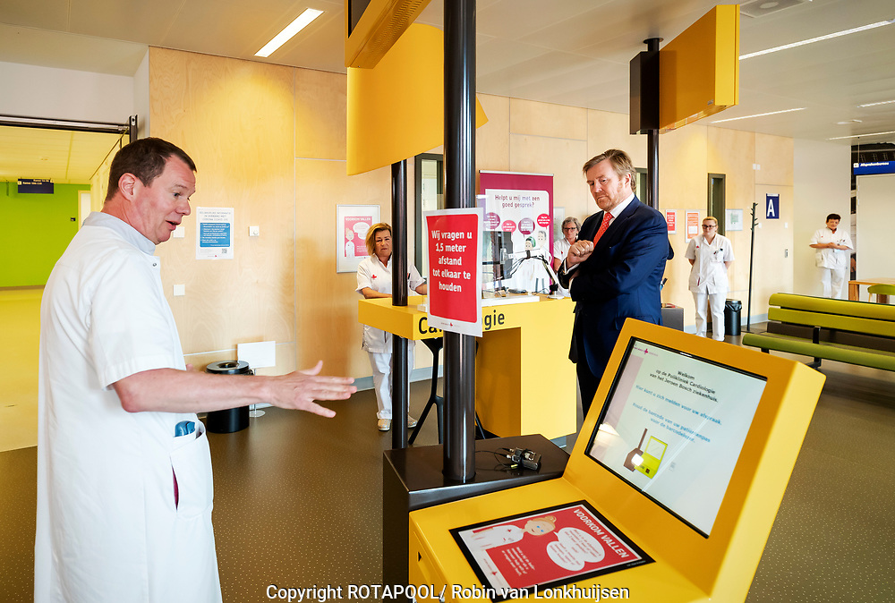 Koning Willem Alexander tijdens een werkbezoek aan het Jeroen Bosch Ziekenhuis (JBZ) in Den Bosch. Het bezoek vond plaats in het kader van de bestrijding van het coronavirus (COVID-19) en richtte zich tevens op de zorg voor niet-coronapatiënten.<br /> <br /> King Willem Alexander during a working visit to the Jeroen Bosch Hospital (JHA) in Den Bosch. The visit took place in the context of the fight against the coronavirus (COVID-19) and also focused on the care of non-corona patients.