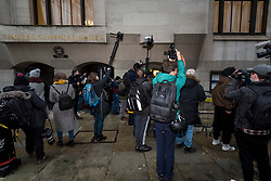 """© Licensed to London News Pictures. 04/01/2021. LONDON, UK. Press outside the Old Bailey Central Criminal Court where the ruling is being made inside on the extradition trial of Julian Assange, Wikileaks founder.  Mr Assange has been charged by the United States' Espionage Act of """"disclosing classified documents related to the national defence"""".  Photo credit: Stephen Chung/LNP"""