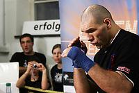 Nikolai Valuev (RUS) beim Schattenboxen. © Valeriano Di Domenico/EQ Images