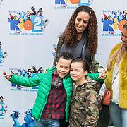 NLD/Amsterdam/20140406 - Inloop filmpremière Rio 2, Glenns Grace en zoon Anthony en Peggy Tosch en zoon
