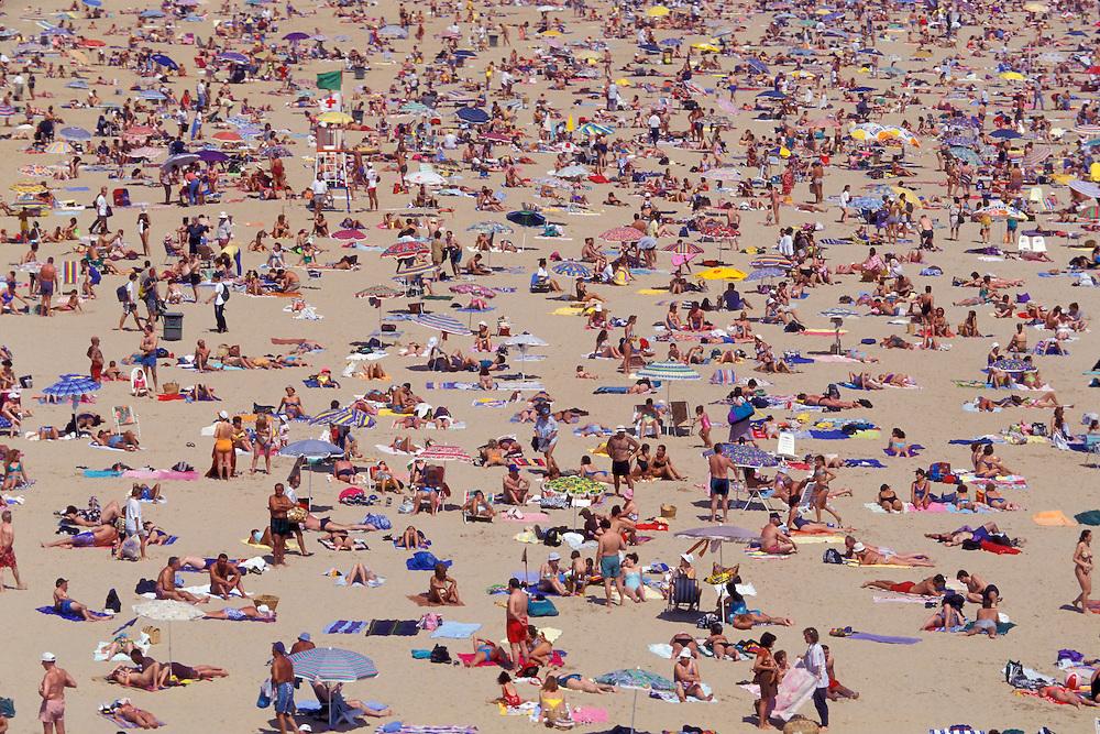 30 / Julio / 2008  Santander<br /> Bañistas en la Playa de la Magdalena / JOAN COSTA