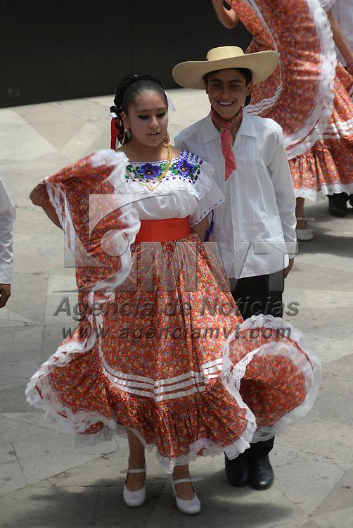 Toluca, México.- El Ballet Folklórico Infantil y Juvenil del Ayuntamiento de Toluca se presento en el Ágora de la Plaza González Arratia, deleitando al publico asistente con bailes típicos de diversas regiones de México. Agencia MVT / Crisanta Espinosa