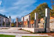 Kraków (woj.małopolskie) 05.11.2017. Ołtarz Trzech Tysiącleci, otaczają figury świętych związanych ze Skałką (św. Stanisław), z Krakowem (Jan Paweł II, siostra Faustyna) lub z zakonem Paulinów.