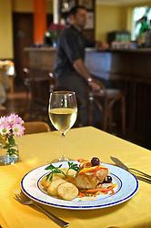 """Os chefs Terezinha Dick e Herbert Kutt criam os pratos do restaurante. Seu cardápio dá um toque diferenciado ao local, pois contém textos de Leonardo da Vinci, onde o mesmo menciona boas maneiras à mesa, bem como """"...não guardar na bota ou na bolsa algo do prato para depois."""" Além disso, o cardápio variado é resultado das criações de Terezinha no almoço, enquanto que Herbert é o responsável pelo cardápio do jantar. Ambos também elaboram pratos da culinária internacional, como bacalhau, pato, molho de camarões, risoto de espinafre, entre outras opções. FOTO: Jefferson Bernardes/Preview.com"""