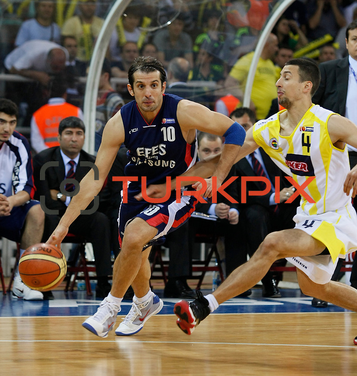 Fenerbahce Ulker's Roko Leni UKIC (R) and Efes Pilsen's Kerem TUNCERI (L) during their Turkish Basketball league Play Off Final third leg match Fenerbahce Ulker between Efes Pilsen at the Abdi Ipekci Arena in Istanbul Turkey on Tuesday 25 May 2010. Photo by Aykut AKICI/TURKPIX