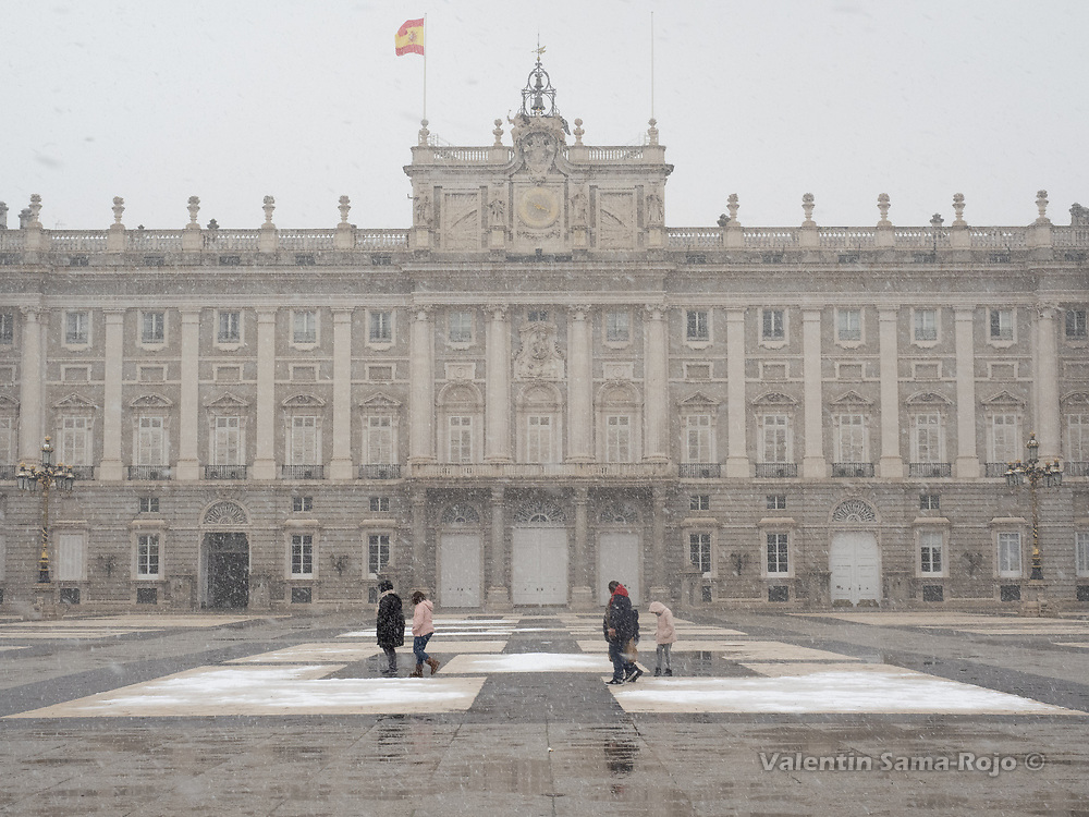 Madrid, Spain. 7th January, 2021. A family walking at Royal Palace courtyard during the snowfall of storm Filomena. Storm Filomena hits Madrid (Spain), a weather alert was issued for cold temperatures and heavy snow storms across Spain; according to the weather agency Aemet is expected to be one of the snowiest days in recent years. © Valentin Sama-Rojo.