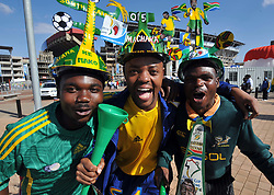 090614) -- JOHANNESBURG, June 14, 2009  -- Fans pose for a photo before the opening ceremony of the FIFA Confederations Cup in Johannesburg, South Africa, June 14, 2009. (Yang Lei)(txy/why) (Credit Image: © Xinhua/ZUMA Press)