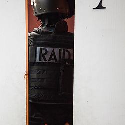 Entraînement au tir et à la progression du RAID Marseille (ex-GIPN Marseille).<br /> Octobre 2015/ Marseille (13) / FRANCE<br /> Voir le reportage complet (63 photos) http://sandrachenugodefroy.photoshelter.com/gallery/2015-10-Tir-au-RAID-Marseille-Complet/G0000NnOo3x.rAcQ/C0000yuz5WpdBLSQ
