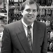NLD/Huizen/19900412 - Han Landman bij zijn zaak aan de Lindelaan in Huizen