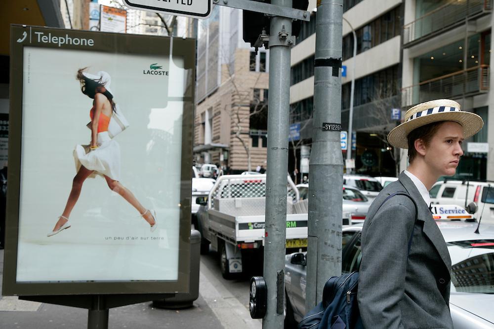 Sydney,<br /> Andei por ali a cirandar e a meter-me com as gaivotas (e elas comigo, foi então que parei com a brincadeira) e depois fui ver o que se passava nas ruas que se estendem no meio dos arranha-céus, que têm cafés nos rés-do-chão como que para lhes injectar a cafeína nos alicerces.
