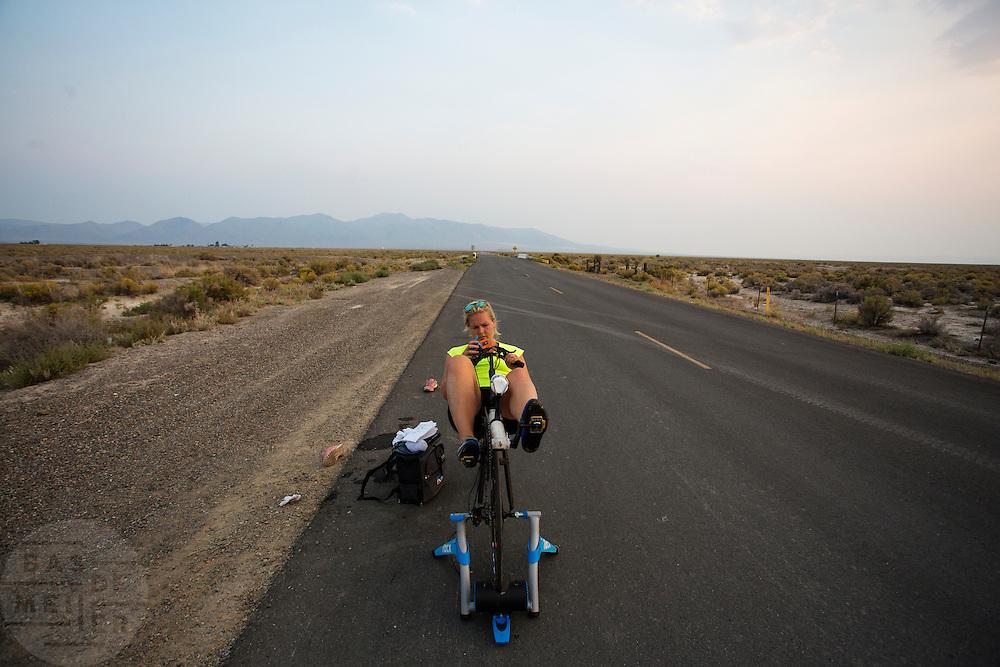 Lieske Yntema is bezig met de warming up. Het team test de VeloX V in de woestijn. Het Human Power Team Delft en Amsterdam (HPT), dat bestaat uit studenten van de TU Delft en de VU Amsterdam, is in Amerika om te proberen het record snelfietsen te verbreken. Momenteel zijn zij recordhouder, in 2013 reed Sebastiaan Bowier 133,78 km/h in de VeloX3. In Battle Mountain (Nevada) wordt ieder jaar de World Human Powered Speed Challenge gehouden. Tijdens deze wedstrijd wordt geprobeerd zo hard mogelijk te fietsen op pure menskracht. Ze halen snelheden tot 133 km/h. De deelnemers bestaan zowel uit teams van universiteiten als uit hobbyisten. Met de gestroomlijnde fietsen willen ze laten zien wat mogelijk is met menskracht. De speciale ligfietsen kunnen gezien worden als de Formule 1 van het fietsen. De kennis die wordt opgedaan wordt ook gebruikt om duurzaam vervoer verder te ontwikkelen.<br /> <br /> Lieske Yntema is warming up. The team tests the VeloX V. The Human Power Team Delft and Amsterdam, a team by students of the TU Delft and the VU Amsterdam, is in America to set a new  world record speed cycling. I 2013 the team broke the record, Sebastiaan Bowier rode 133,78 km/h (83,13 mph) with the VeloX3. In Battle Mountain (Nevada) each year the World Human Powered Speed Challenge is held. During this race they try to ride on pure manpower as hard as possible. Speeds up to 133 km/h are reached. The participants consist of both teams from universities and from hobbyists. With the sleek bikes they want to show what is possible with human power. The special recumbent bicycles can be seen as the Formula 1 of the bicycle. The knowledge gained is also used to develop sustainable transport.