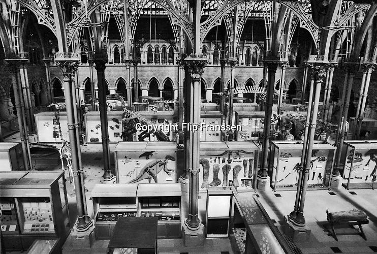 Engeland, England, 15-8-1990Straatbeeld. Reisreportage door het zuiden van Engeland. Oxford met oud, traditioneel college, school,highschool . Natuurhistorisch, museum voor natuurhistorie . Evolutie , wetenschap,aarde.Foto: Flip Franssen