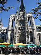 Frankrijk, Rouen, 6-9-2005..Terras van een cafe aan de voet van de Kathedraal in het centrum van de stad. Multinational, bierbrouwer, biermerk, logo, beeldmerk. Export. Parasol...Foto: Flip Franssen/Hollandse Hoogte